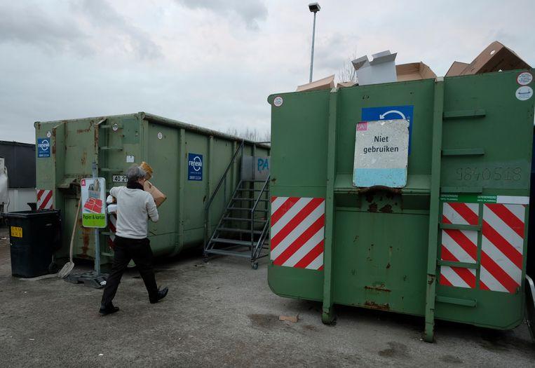 Dit beeld zien we voorlopig niet meer in de stad Antwerpen. De recyclageparken blijven ook na 6 april dicht.