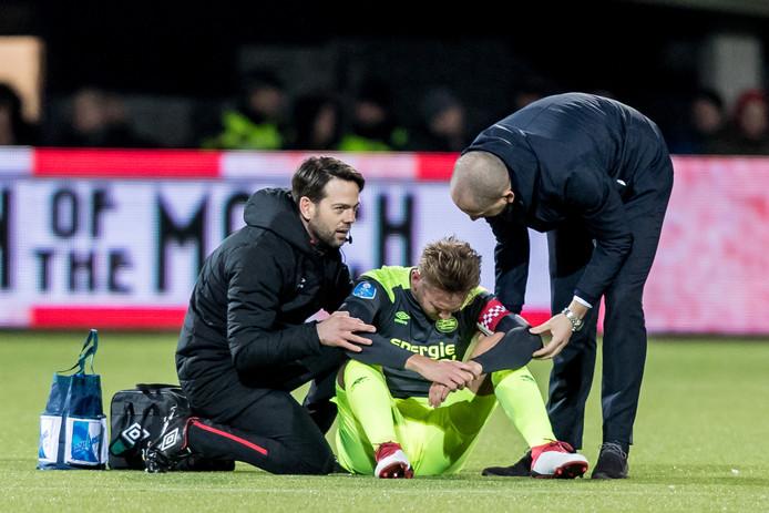 De Jong heeft pijn en wordt behandeld.