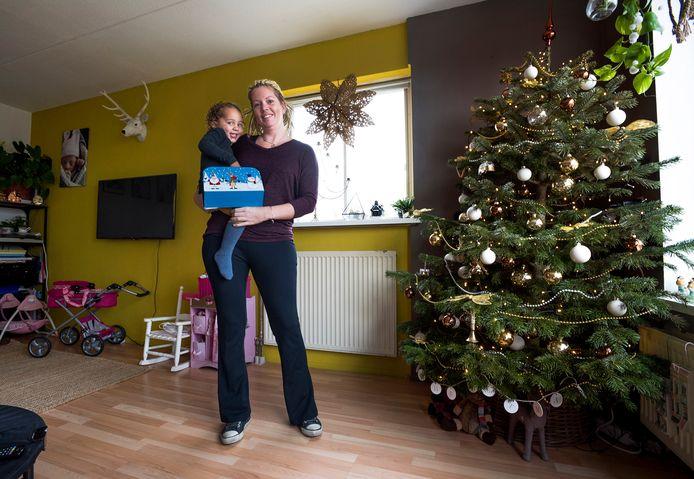 Lucinda Koeleman, met dochter Kiana, wil graag aan woningruil doen.