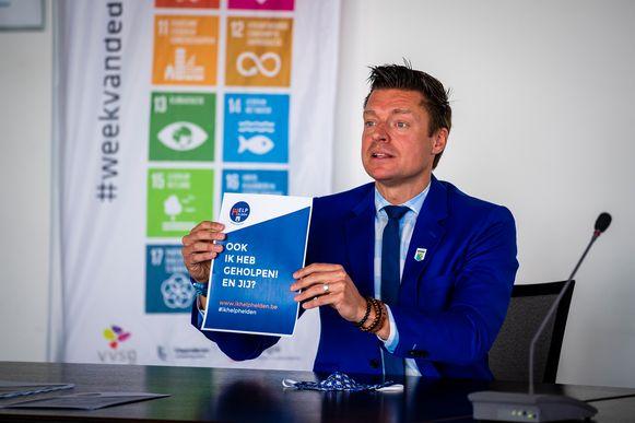 Burgemeester Metsu in mei tijdens een persconferentie van het lokaal platform dat handelaars en zorgverleners ondersteunt.