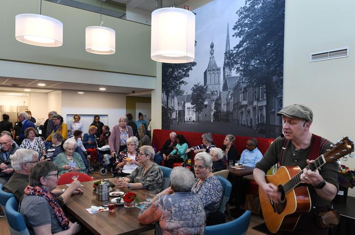 Muziek bij de opening van de huiskamer in Zorgcentrum Beatrix in Culemborg.