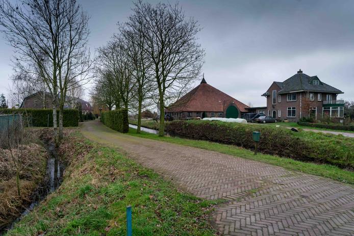 De gemeente Overbetuwe werkt achter de schermen aan oplossing voor het probleem Rijksweg-Zuid 39 en 41. De woning van de familie Bakker (links) staat te dicht op de boerderij (rechts) van de agrariërs De Swart/Vossebelt op 41.