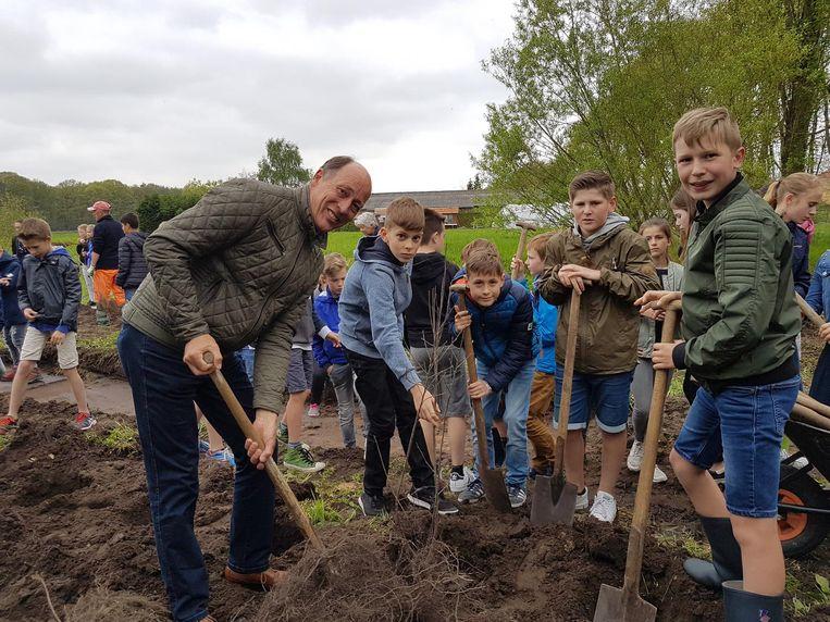 Schepen Sus Vissers plant samen met de kinderen de eerste struiken aan.