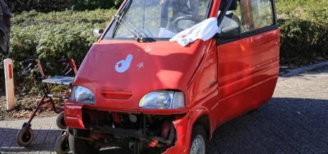 Inzittende van invalidenwagen gewond door botsing op auto die weg opdraait in Gemert