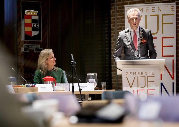 Sjors Fröhlich bij zijn benoeming tot burgemeester, in de raadzaal van Meerkerk.