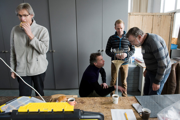 Carlos (rechts) kijkt eens goed naar de kapotte lamp van Gerdo van Grootheest en zijn partner Peter van Loon (resprectievelijk tweede en derde van rechts).