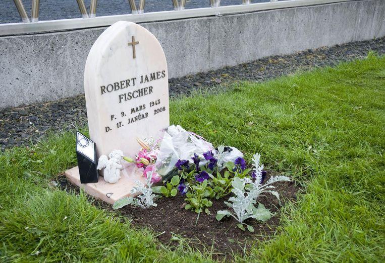Het graf van Bobby Fischer bij Laugardaelakirkja, zo'n 50 kilometer ten oosten van Reykjavik Beeld Halldor Kolbeins/AFP
