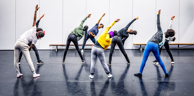 Om te zorgen dat de leerlingen fit blijven en geen overgewicht krijgen biedt het Bindelmeer College in Amsterdam speciale sport- en danslessen aan. Beeld Raymond Rutting / De Volkskrant