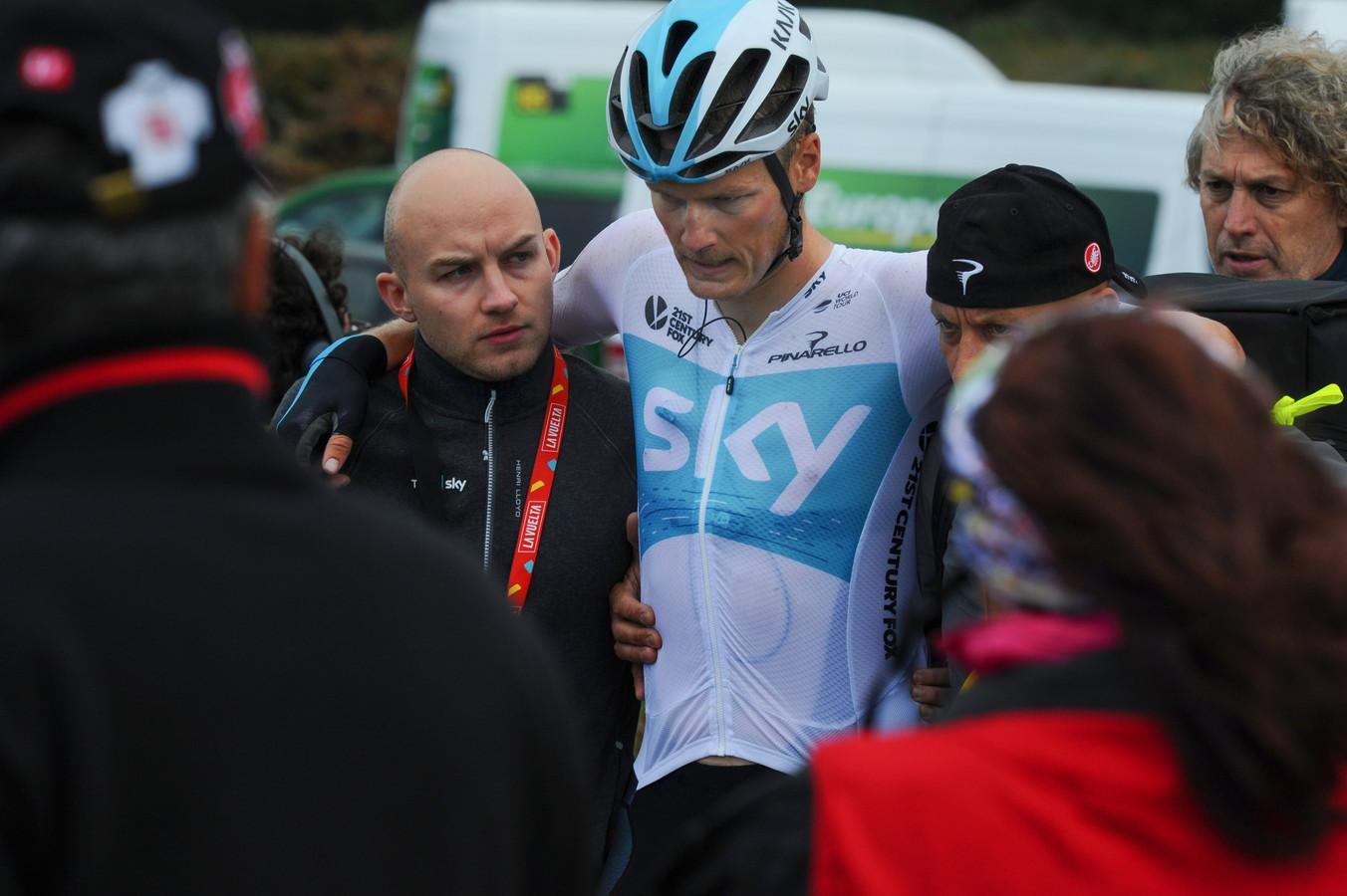 Dylan van Baarle wordt ondersteund na zijn val.