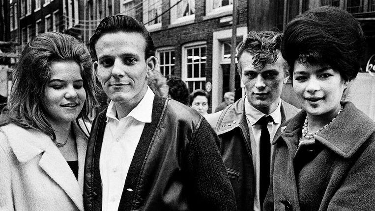 Jongeren in de omgeving van de Nieuwmarkt, 1961 Beeld Ed van der Elsken