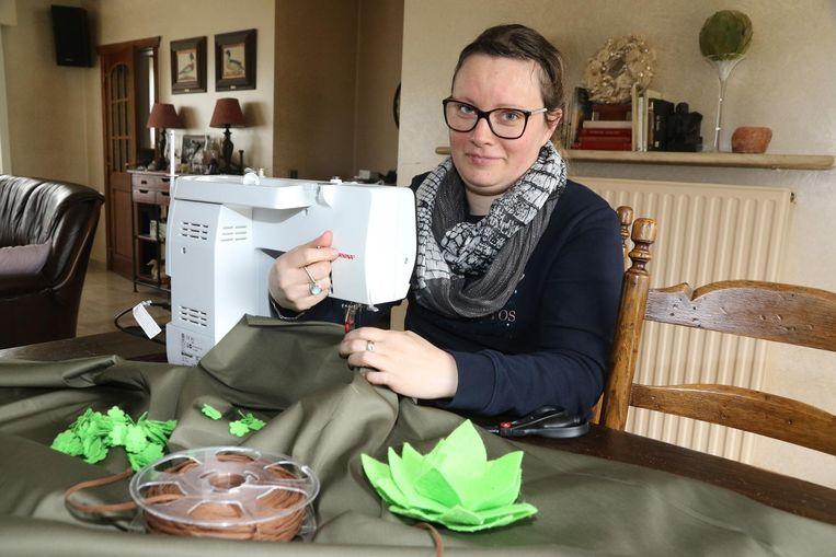 Ontwerpster Vienna Depuydt uit Woesten naait een van de nieuwe kostuums ineen.