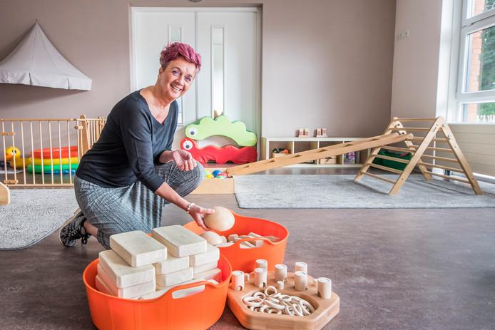 Jeanine Mulder, directeur en pedagoog van kinderopvang Duimelot, toont het speciale houten speelgoed waarmee de kleintjes spelen.