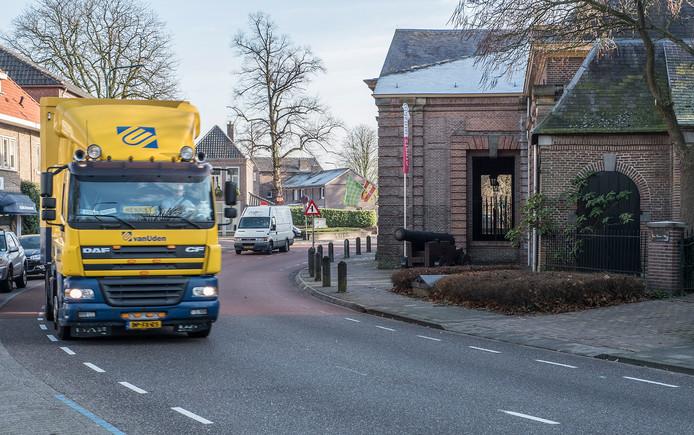 Vrachtverkeer in de Elisabethstraat in Grave.