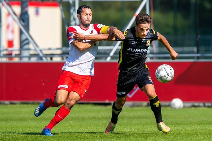 FC Utrecht-aanvoerder Mark van der Maarel heeft de handen vol aan Bradly van Hoeven.