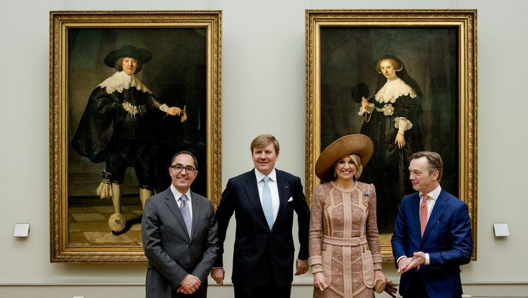 Koning Willem-Alexander en Koningin Maxima bezochten de portretten in het Louvre in Parijs. Beeld anp