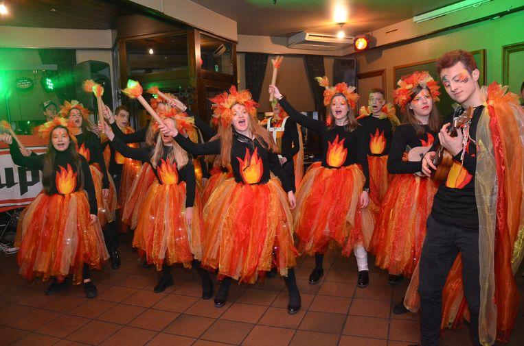 De nieuwe groep de 'Plesjdresjers' tijdens Driekoningen in Denderhoutem.