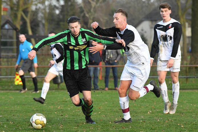 Sylvano van den Brink achtervolgt namens Vitesse'08 Hapse Boys-speler Sjuul Roelofs.