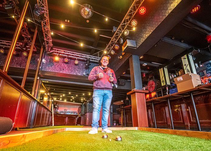 Kroegeigenaren verzinnen steeds wat nieuws. Zo zijn er bij café Bloopers twee jeu de boule-banen gemaakt zodat je met je vrienden wat kunt drinken en binnen jeu de boule kunt spelen.