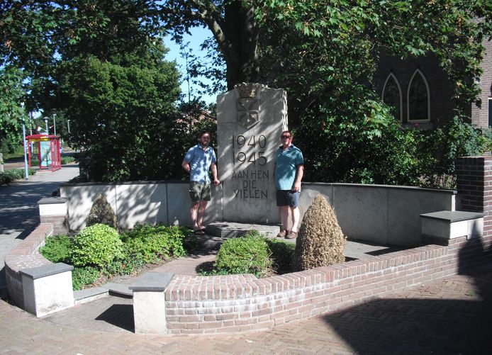 Vincent en Hans Hamers bij het Wierdense oorlogsmonument naast de hervormde kerk.