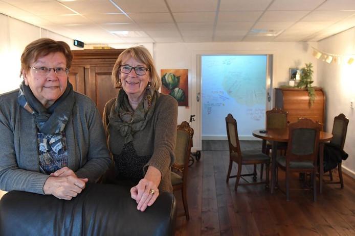 Riekie Coppelmans en Marijke Kemperman in de woonkamer van De Parel. Foto Ed van Alem