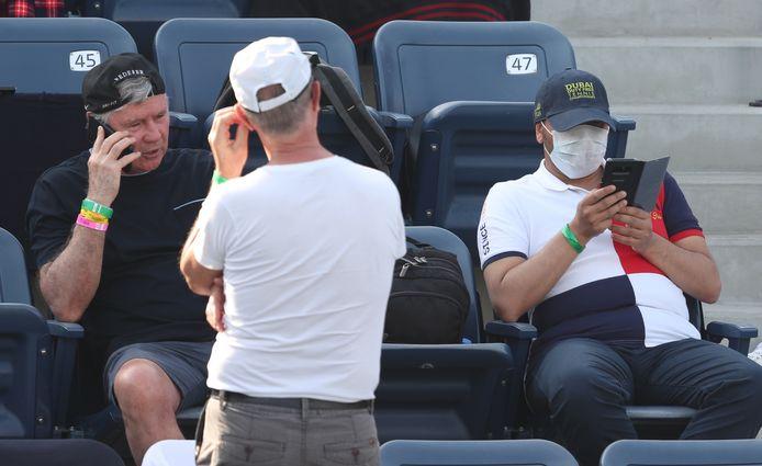 Tennisfans op de tribune met mondkapjes.