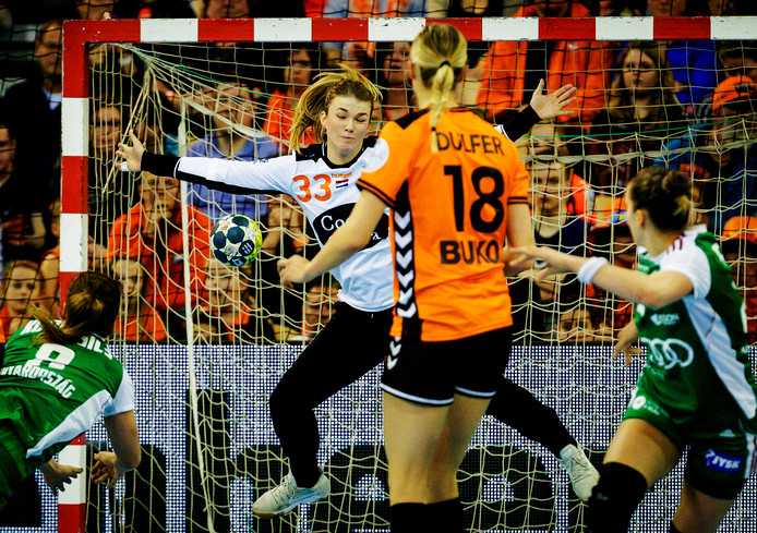 Tess Wester van Nederland in wordt gepasseerd door Aniko Kovacsics van Hongarije tijdens de kwalificatie voor het EK Handbal.