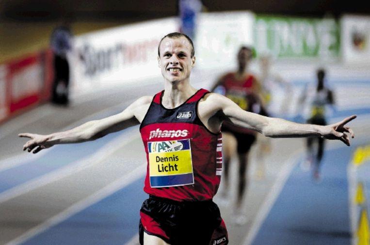 Dennis Licht gaat als winnaar van de 3000 meter over de finish tijdens de NK in Apeldoorn. (FOTO OLAF KRAAK, ANP) Beeld ANP