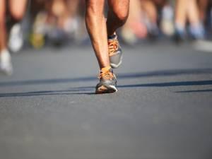 Confiné, il court un marathon... sur son balcon