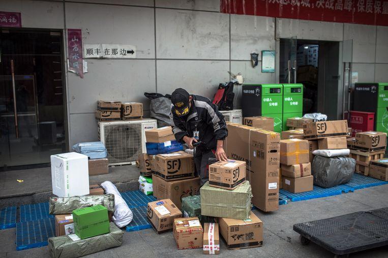 Singles Day, de dag waarop Chinezen cadeautjes kopen om te vieren dat ze vrijgezel zijn, begon geslaagd voor webgigant Alibaba. Het concern zette binnen vijf minuten 3 miljard dollar om, meldt de krant South China Morning Post. Beeld EPA