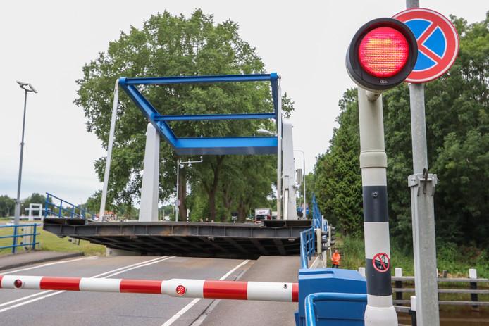 Een monteur moest er aan te pas komen om de Kamperbrug handmatig weer naar beneden te krijgen.