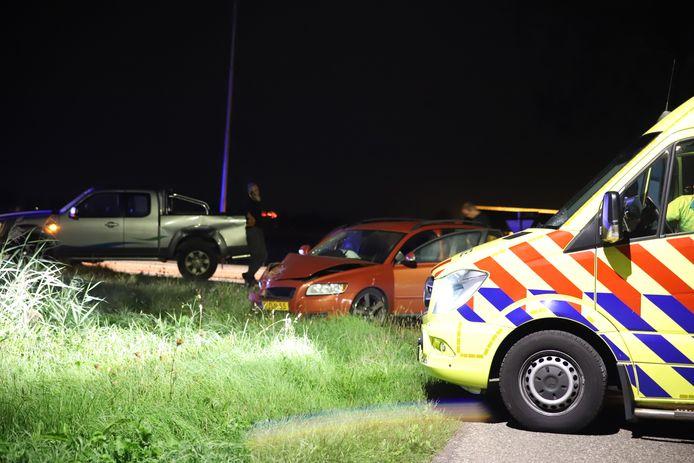 Twee voertuigen zijn op de Rijksstraatweg in Tricht tegen elkaar gebotst. Drie personen raakten gewond.