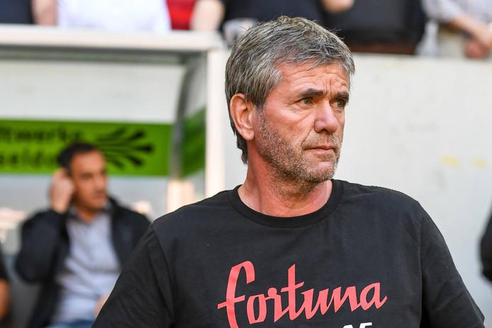 Friedhelm Funkel moet het veld ruimen bij Fortuna Düsseldorf.
