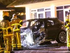 Peperdure Porsche in Apeldoorn brandt volledig uit; brandstichting niet uitgesloten