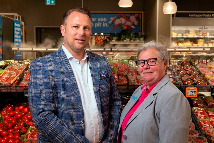 Eigenaar Cees van der Poel en supermarktmanager Corina Dubbeldam van de nieuwe Albert Heijn in Hendrik-Ido-Ambacht.
