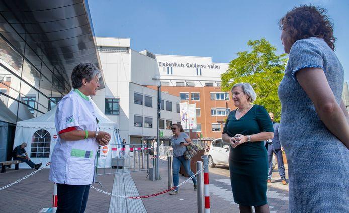 Een verpleegkundige van Ziekenhuis Gelderse Vallei bevraagt minister Ank Bijleveld voordat ze het ziekenhuis in mag.