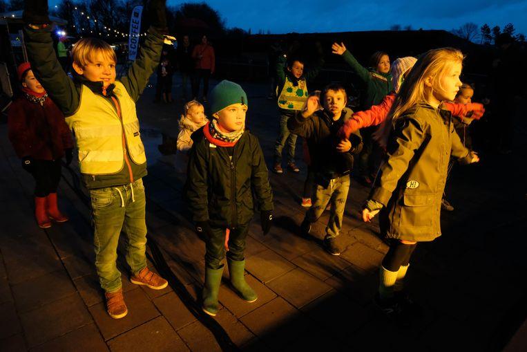 De kinderen dansten als opwarming voor de kidsrun.