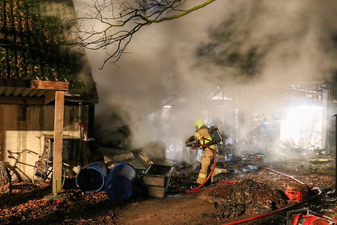De brandweer blust de schuur in Barneveld.
