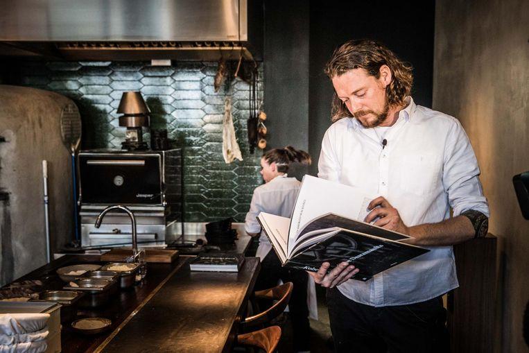 Kobe Desramaults bladert door zijn boek in Chambre Séparée.