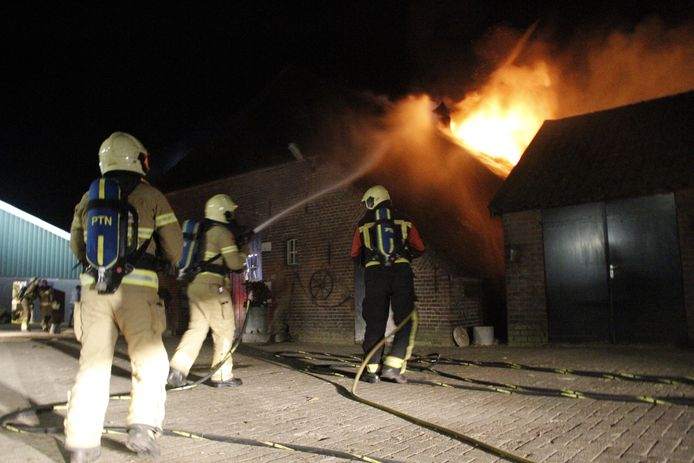 Brand in het rieten dak van een boerderij in Putten.
