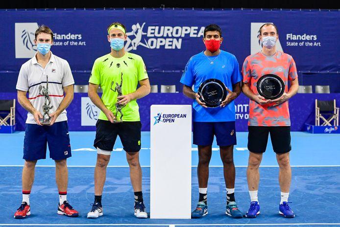 Links winnaars John Peers en Michael Venus, rechts verliezend finalisten Rohan Bopanna en Matwé Middelkoop.