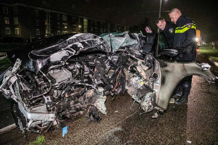 Het zwaar gehavende autowrak na de botsing op de Johan de Wittlaan in Arnhem.
