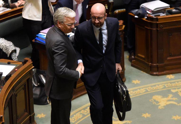 Reynders samen met premier Charles Michel. Zijn ontslag wordt door de koning in beraad gehouden.