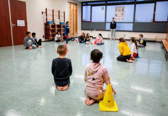 Kinderen in de noodopvang krijgen gymles (archief).