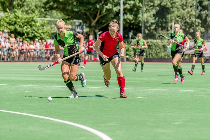 Anniek van Rijssel (links) van Boxmeer achter de bal aan in de beslissende wedstrijd tegen IJsseloever.