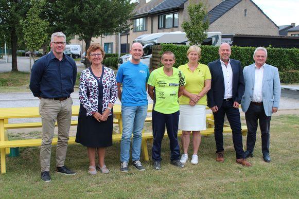 LoLa4Life moet eind december weer geld in het laatje brengen voor OIGO en Koester. Uiterst links en uiterst rechts: de burgemeesters van Lochristi en Laarne, Yves Deswaene en Ignace De Baerdemaeker.