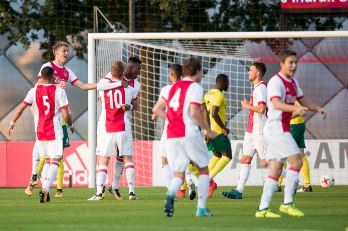 De spelers van Jong Ajax vieren de goal van Mateo Cassierra (vierde van links) tegen Fortuna Sittard. De Colombiaan is één van de spelers die de topper tegen Fortuna mist omdat hij met de hoofdmacht in Portugal is.