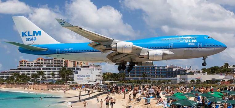 De landingsbaan op het Caraïbische eiland Sint Maarten is zo kort dat vliegtuigen rakelings boven de hoofden van zonnebaders vliegen.