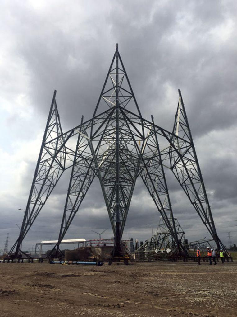 Aan de Ketenislaan wordt momenteel een nieuwe hoogspanningsmast gebouwd.