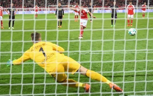 Pablo de Blasis benut de veelbesproken pingel voor Mainz. Freiburg-doelman Alexander Schwolow gaat de verkeerde hoek in.