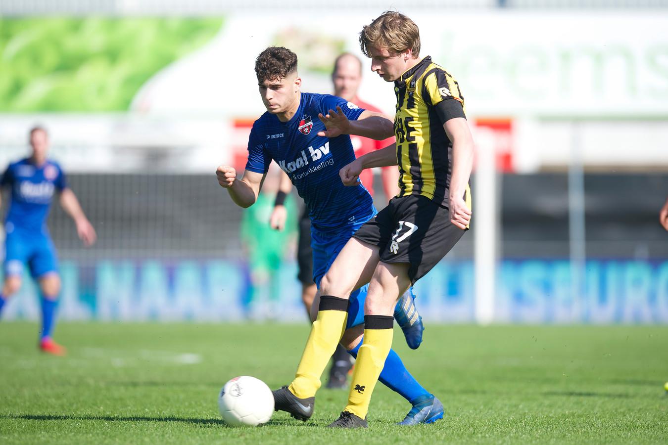 Ruben Rodrigues (links) in duel met Rijnsburgse Boys-speler Jeroen Spruijt.